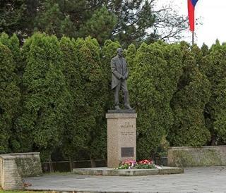 Socha T. G. Masaryka v nadživotní velikosti v areálu holešovského gymnázia.