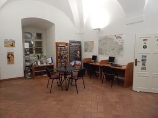 Prostor informačního centra s počítačema pro veřejnost