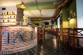 Interiér restaurace po vstupu do restaurace. Pohled na bar.